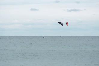 """Vântul a adunat iubitorii de kitesurfing pe litoral. """"Așteptăm furtunile, e momentul nostru preferat"""""""