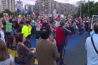"""Mii de oameni în stradă, în București și alte mari orașe din țară. """"Își fac legi pentru ei"""""""