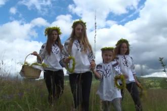 Tradiții și obiceiuri de Sânziene. De ce trebuie să arunce fetele tinere coronițe de flori pe casă