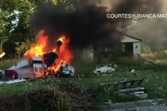 Doi morți după ce un avion s-a prăbușit în Detroit. Pilotul, salvat de un martor