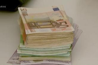 Un adolescent ar fi jefuit-o pe bunica unui prieten. Victima a rămas fără 8.000 de euro