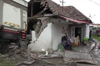 Camion intrat în zidul unei case, lângă Târgu Mureș. Patru copii și un adult, în pericol