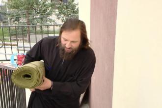 Cu banii din cutia milei şi cu cei din donaţii, un preot din Iaşi a construit locuinţe pentru oamenii fără adăpost