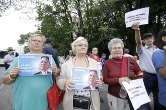 """Câteva zeci de susținători PSD au protestat la Cotroceni: """"Iohănnel, nu mai minți la Bruxelles!"""""""