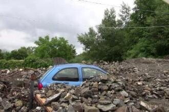 Ploile torențiale fac ravagii în Moldova. Mașinile, îngropate de bolovani și bușteni