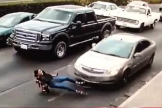 A traversat strada în fugă, dar a ajuns sub o mașină. Video cu momentul