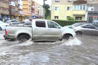 Apă de 30 de centimetri pe străzile din Alba Iulia, după jumătate de oră de ploaie