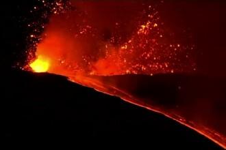 Vulcanul Etna a început să erupă din nou. Lava se scurge din vârful craterului