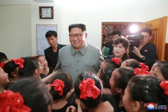 Kim Jong-un îmbrățișând copii, la o zi după ce ar fi executat mai mulți oficiali