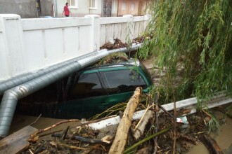 Mai multe localități, lovite de viitură. Mașinile au fost luate de ape. GALERIE FOTO
