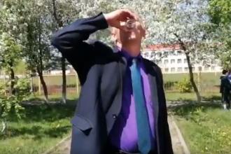 Reacţia şocantă a unui viceprimar când cetăţenii îi aduc apă de la robinet cu viermi