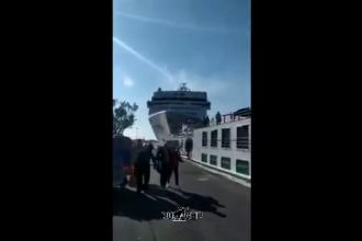 Momentul în care un vas de croazieră lovește o altă navă și intră în docuri în Italia. VIDEO