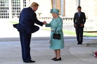 """Donald Trump, criticat pentru modul """"ciudat"""" în care a salutat-o pe regina Elisabeta"""