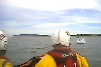 Momentul în care sunt salvate 2 fetițe ajunse în largul mării pe o lebădă gonflabilă. VIDEO