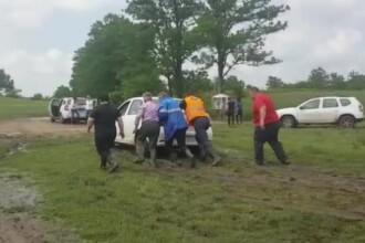Ploile violente au provocat noi inundații. Ministrul Apelor a împins o maşină blocată în noroi