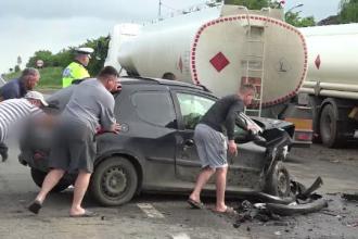 Două maşini au intrat în plin într-o cisternă, după ce s-au ciocnit.