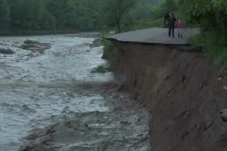 Tragedii provocate de ploile fără precedent. 4.000 de oameni au rămas rupți de lume