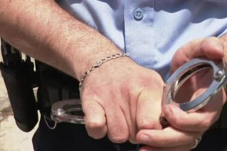 Un agent prezintă starea jalnică a echipamentului primit. Până și cătușele sunt un pericol