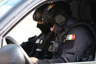 Un bărbat din Iași s-a trezit cu mascații la ușă. Cum au ajuns droguri în valoare de 100.000 de lei în locuința lui