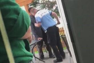 Poliţist din Timiș filmat când lovește cu capul în gură un om al străzii