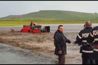 Tânăr luat de viitură cu tot cu tractorul pe care-l conducea. Cum a fost salvat