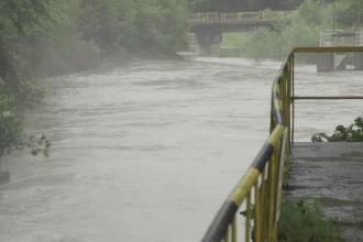 Peste 100 de gospodarii, înghiţite de ape în ultimele 48 de ore. Secţia de poliţie din Tismana, inundată