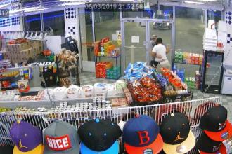 Momentul în care un vânzător de la o benzinărie se luptă cu un individ înarmat