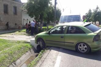 Mașină spulberată de un microbuz, lângă Sibiu. O femeie și fiica ei au ajuns la spital