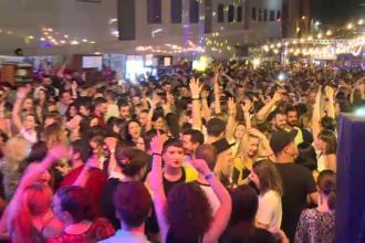 Sute de tineri s-au întors în timp la o petrecere uriașă în centrul Capitalei