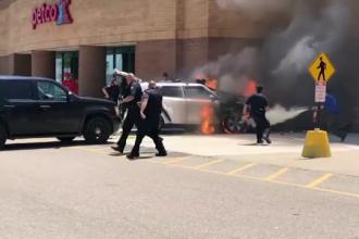 Momentul în care un șofer intră cu bolidul într-o clădire. Mașina a luat foc
