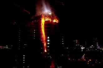 Incendiu devastator într-un zgârie-nori din Varșovia. 120 de pompieri s-au luptat cu flăcările