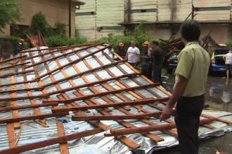 Furtună violentă la Tg. Jiu. Vântul a smuls acoperișul unui bloc și l-a aruncat pe 5 mașini