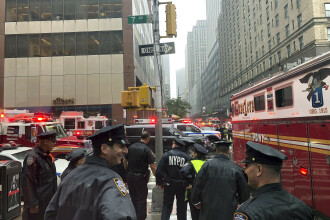 Elicopter prăbușit pe acoperișul unui bloc-turn din Manhattan. Pilotul aeronavei a murit