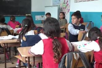 Elevii fug de școlile de la sat și se îngrămădesc în cele de elită. Criticile aduse de UE