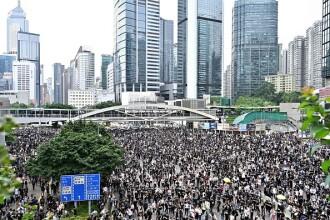 Protestatarii din Hong Kong au înregistrat prima victorie. Parlamentul a fost înconjurat