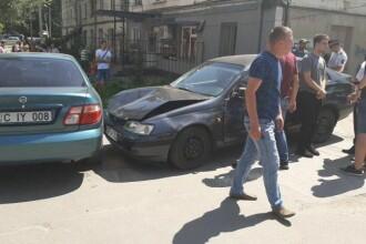 Un şofer a intrat cu maşina în mulţime, într-o staţie de autobuz din Chişinău