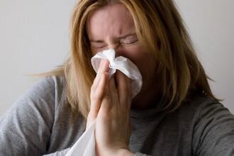 Cum facem diferența între rinită alergică și răceală și cum o tratăm