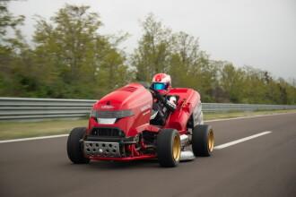Cum a reușit o mașină de tuns iarba să fie mai rapidă ca un Bugatti de $3 milioane?