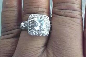 O femeie a vrut să se laude cu inelul de logodnă pe Facebook, însă în poză a apărut altceva