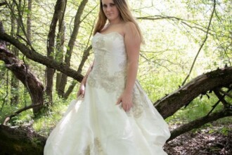 Cum apare femeia din imagine după ce îşi dă jos rochia de mireasă. Pozele au făcut înconjurul lumii