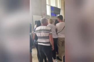 Cursă Wizz Air amânată 16 ore. Pasagerii acuză: Erau oameni cu copii, cereau 20 lei pe lapte