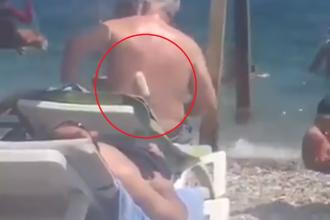 Momentul în care un turist își dă cu loțiune de plajă folosind un trafalet. VIDEO