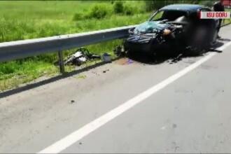 Doi tineri la un pas de moarte după ce s-au izbit cu mașina de un camion și un TIR
