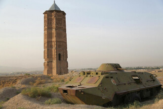 Momentul în care un turn antic se prăbușește în orașul afgan Ghazni. VIDEO