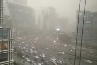O uriaşă furtună de nisip a acoperit capitala Indiei. Imaginile spectaculoase