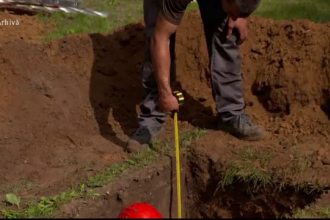 Doi bărbați au fost loviți de trăsnet în timp ce săpau un mormânt în cimitir
