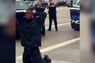 Momentul în care un bărbat de culoare, în genunchi, este înconjurat de 10 polițiști înarmați
