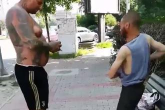 Reacția unui bărbat când vede un cerșetor la bustul gol, pe o bancă, în Iași. Scenele, filmate