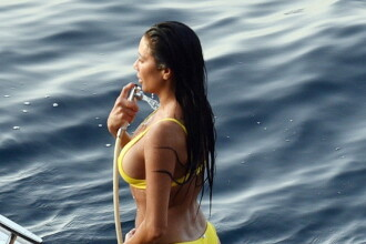 Vedeta surprinsă în vacanță, în Capri, pe o barcă de viteză. Cum arată în costum de baie
