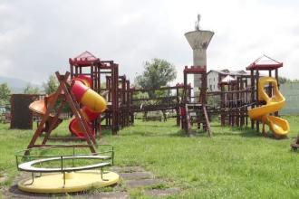 Gropi, dale sparte, tobogane care te trimit direct la spital. Imaginea locurilor de joacă din România